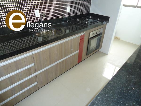Cozinha planejada com textura Zurich e Vermelho bordo